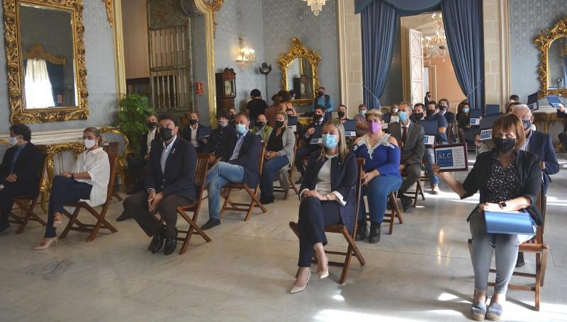 El Ayuntamiento reconoce el trabajo de los restaurante alicantinos con la entrega de 24 distintivos 'Alicante Ciudad del Arroz'