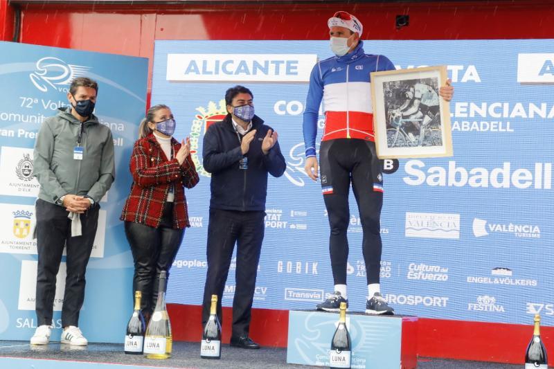 El alcalde, Luis Barcala, la vicealcaldesa, Mari Carmen Sánchez y el concejal de Deportes, José Luis Berenguer asisten a la ceremonia de entrega de premios de la Volta Ciclista a la Comunitat Valenciana
