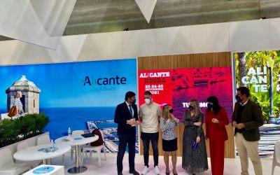 Un centenar de espectáculos en el Muelle 12 y la regata más competitiva de Europa inundan la plaza central de FITUR en el día grande de Alicante
