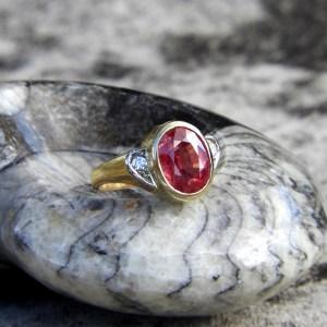 Ring mit pinkfarbenem Saphir und zwei Brillanten