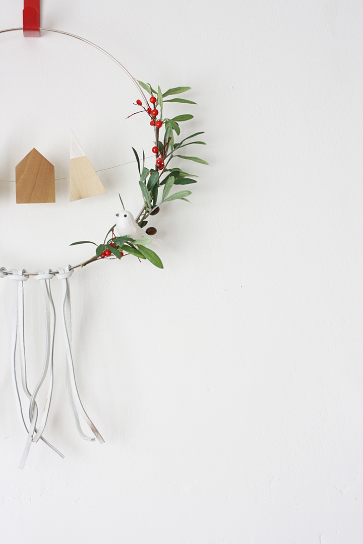 What a simple, but gorgeous Scandinavian-inspired holiday wreath by Hello Lidy.
