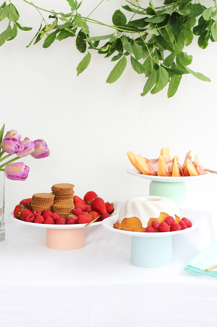Make this simple DIY Cake Stand!