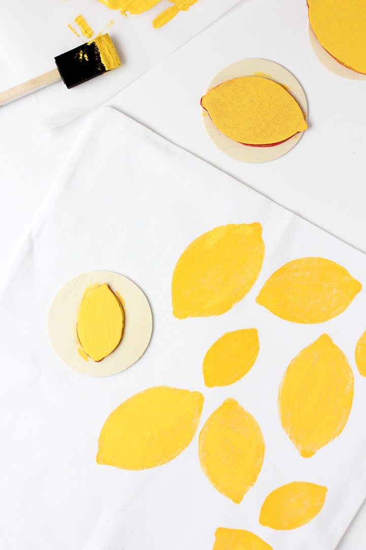 Make this summer tote with a DIY lemon stamp!