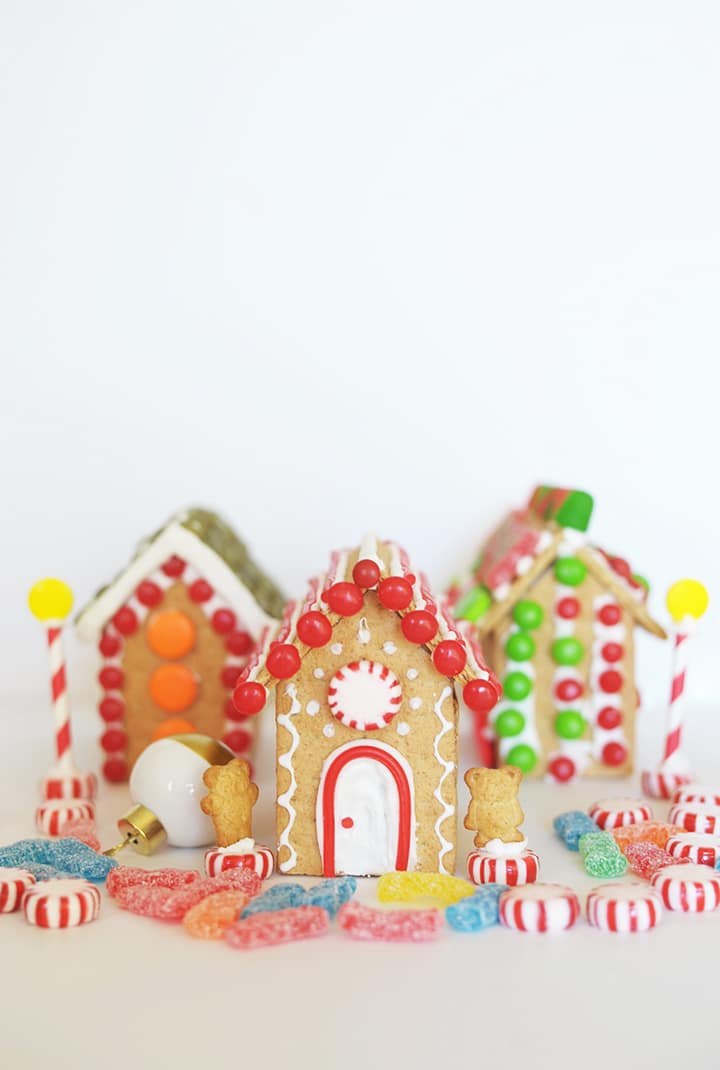 Such an easy way to make gingerbread houses with the kids – graham crackers!