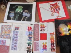 Travail préparatoire de conception de motifs, choix des gammes colorées...