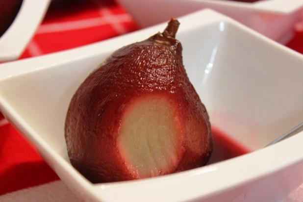 poire pochée au gingembre et bissap (hibiscus)