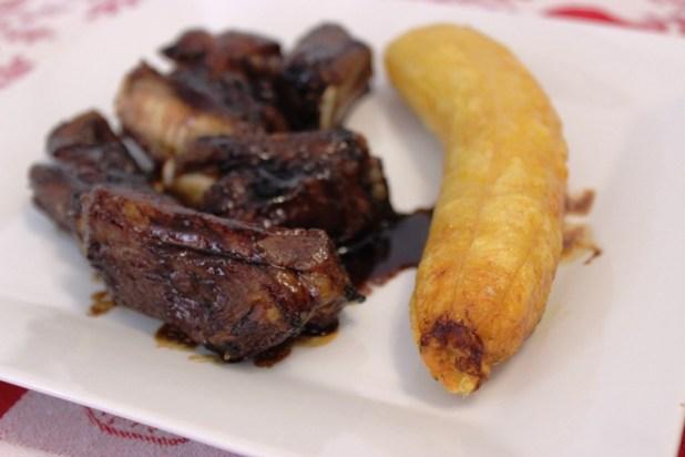 Travers de porc grillés au miel & plantain rôti à l'huile de coco