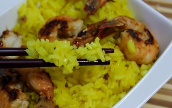 crevettes sautées et riz safrané