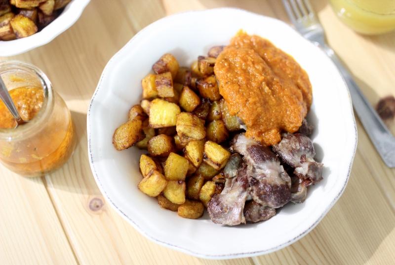 Gésiers de poulets rotis et frites de plantains aux épices