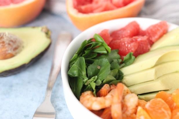 Salade de cresson à l'avocat, clémentine et crevettes pimentées