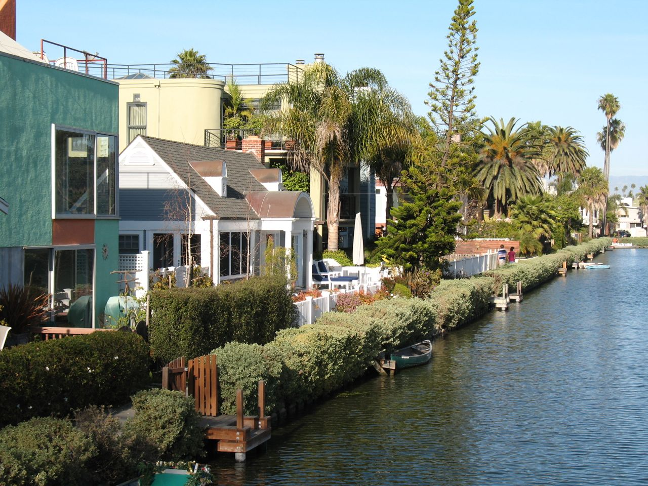 https://i0.wp.com/www.alicesgardentravelbuzz.com/wp-content/uploads/2011/03/Venice-California-Canal-Photo-Alice-Joyce1.jpg