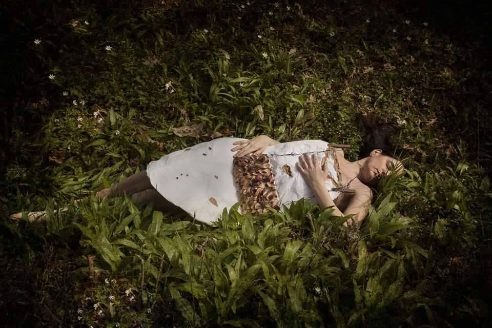 Elvezia Allari: Io abito in un giardino meraviglioso, 2016, abito da seminare in giardino e pochette - credit Ivana Galli, Vicenza