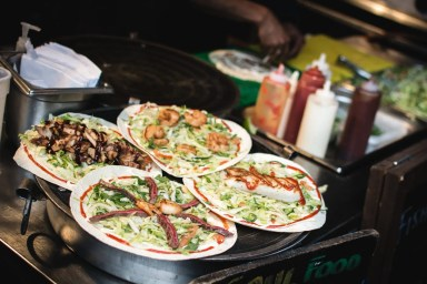 foodiesfeed.com_street-food-wraps-with-fried-meat
