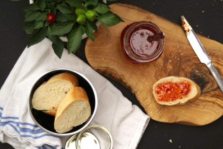 Sweet Sticky Chilli Jam. Perfect for gifting and Christmas hampers Smother salmon fillets before baking, liven up a burger, serve with a cheese board or cold meats, spice up sausages, mix in to mayo… | www.alifeofgeekery.co.uk
