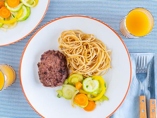 Hamburger de vaca com massa e legumes