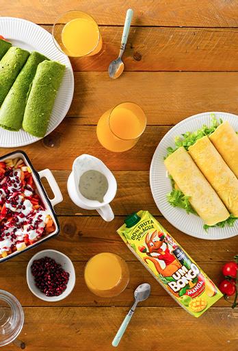 Wraps verdes acompanhados por tortilha e salada de frutas