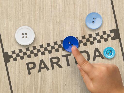Mão de criança a segurar um botão, pronta para jogar