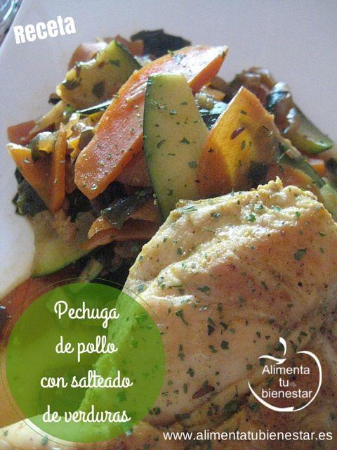Receta de pechuga de pollo con salteado de verduras sobre un fondo de cebolla