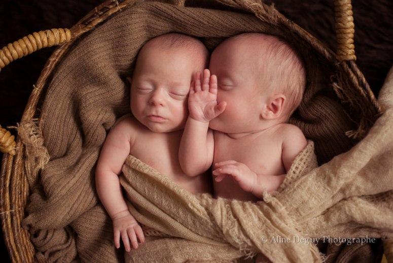 photographe jumeaux, grossesse gémellaire, faux jumeaux, bébé, nouveau né, maternité, aline deguy
