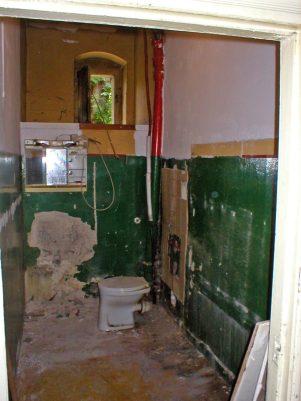 Wer will so ein altes Klo in seiner Wohnung haben?