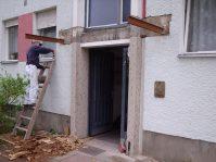 Das alte Vordach wird demontiert