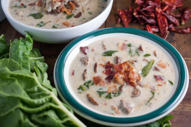 Spicy Italian sausage, fresh leaves, and potatoes in a creamy broth topped with crumbled bacon. An easy and yummy Olive Garden Zuppa Toscana Soup recipe.