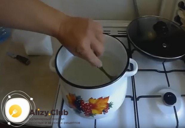 Tegyen egy kis kaviárt egy tálba, és töltse ki a hideg főtt vizet. Keverje óvatosan. 5-7 perc elteltével próbálja meg ízelni. Ha tetszik, ürítse ki a vizet. NO - várjon még, és miután egy szűrőre vagy gézre dobta az üveg folyadékhoz.