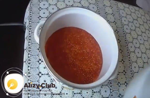 Για να διατηρήσετε το αλμυρό χαβιάρι για 1-2 μήνες, να το διαδώσετε σε μικρά πλαστικά δοχεία. Κλείστε τα καπάκια, αφήστε στο ψυγείο για 12 ώρες και, στη συνέχεια, αφαιρέστε στο καταψύκτη.