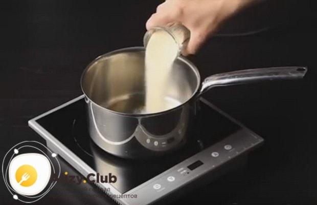 Přidáváme máslo do čokoládové hmoty a znovu mixu.