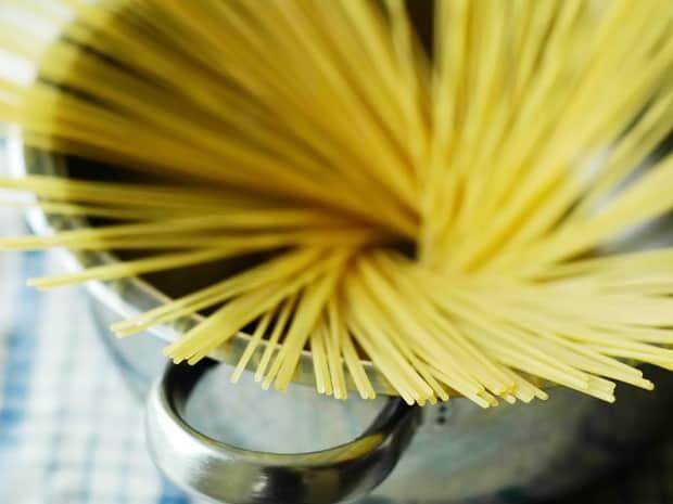 قبل طبخ السباغيتي في قدر، إعداد الأطباق