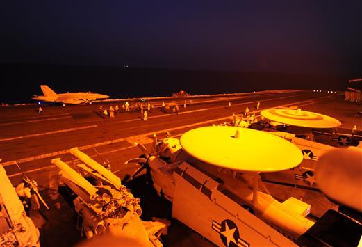 طائرة حربية تستعد للانطلاق من على متن حاملة طائرات في الخليج امس الأول (ا ف ب)