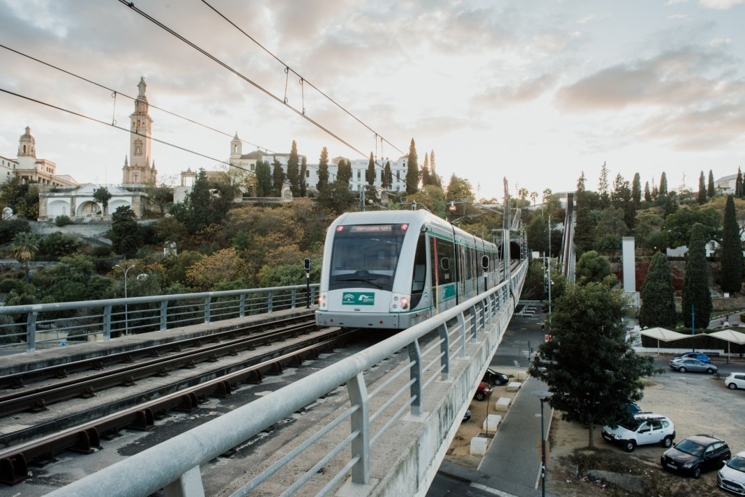 El Metro bajando del Aljarafe. Foto de Metro de Sevilla