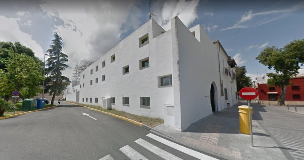 Fachada lateral del Ayuntamiento de Tomares, antigua Hacienda Santa Ana.