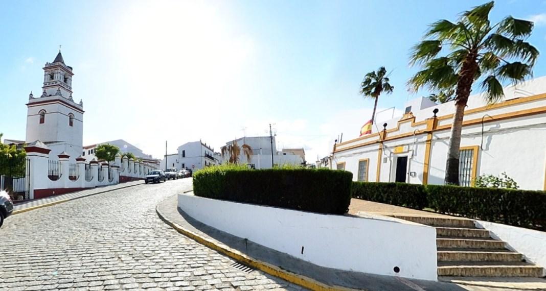 Plaza de la Iglesia de Aznalcázar, uno de los municipios más afectados en esta fase de la pandemia.