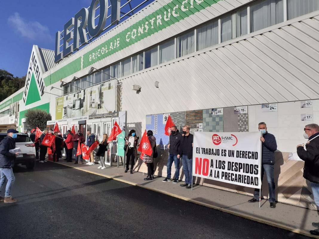 Trabajadores de Leroy Merlin concentrados frente a su tienda en Parque Aljarafe.