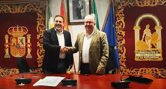 Manuel Romero (Cs) y Francisco Molina (PSOE) en 2019 tras la firma del acuerdo de gobierno.
