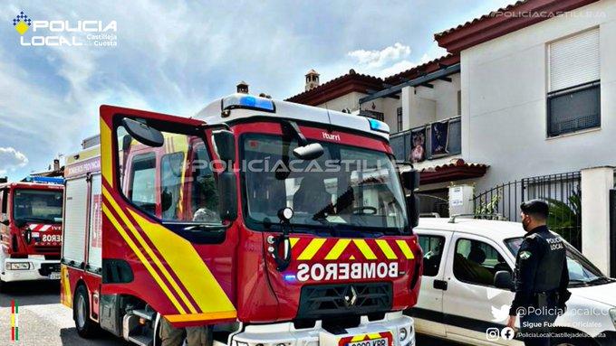 Los bomberos del Aljarafe junto a la Policía Local acudieron rápidamente a la zona. Policía Local de Castilleja.