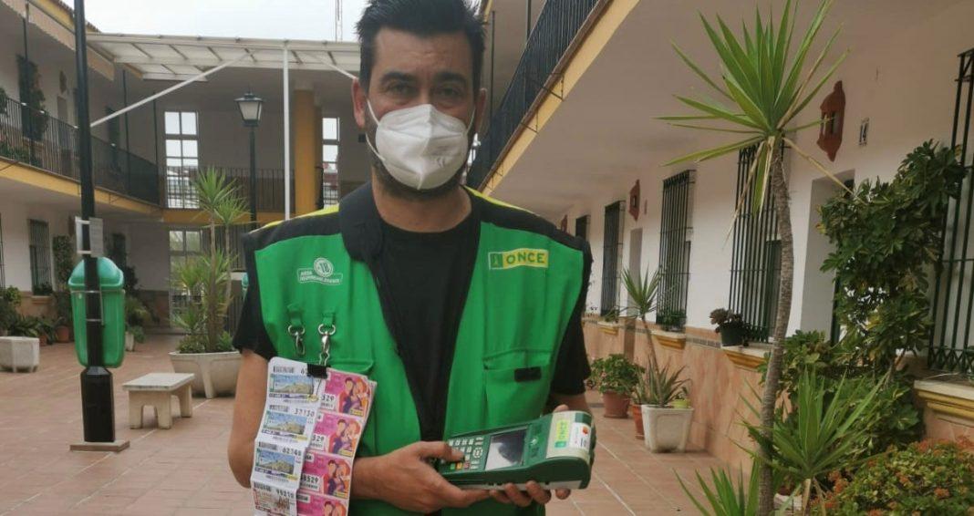 Joaquín Almenta, el vendedor de la ONCE que ha repartido diez boletos premiados.
