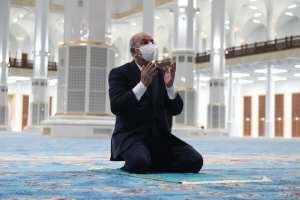 عبد المجيد تبون يصلي في جامع الجزائر