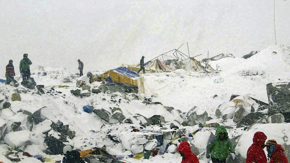 Longsoran es di Everest Base Camp [embedded from AlJazeera]