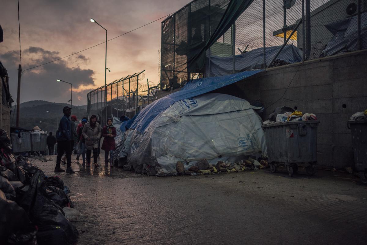 Ένα αυτοσχέδιο καταφύγιο μπορεί να δει μέσα και έξω από το στρατόπεδο Moria.  Συχνά προσφέρονται μόνο με καλοκαιρινές σκηνές, οι άνθρωποι προσπαθούν να κάνουν αυτές κατάλληλες για το χειμώνα και τις σκληρές καιρικές συνθήκες.  [Kevin McElvaney / Al Jazeera]