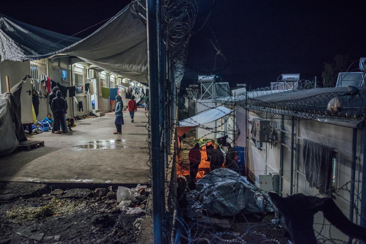 Μερικοί κάτοικοι ζουν σε δοχεία, αλλά ακόμη και εδώ το σύστημα θέρμανσης δεν λειτουργεί συνεχώς.  Μερικοί αναζητούν προστασία μεταξύ των δομών και δημιουργούν σκηνές εκεί.  [Kevin McElvaney / Al Jazeera]