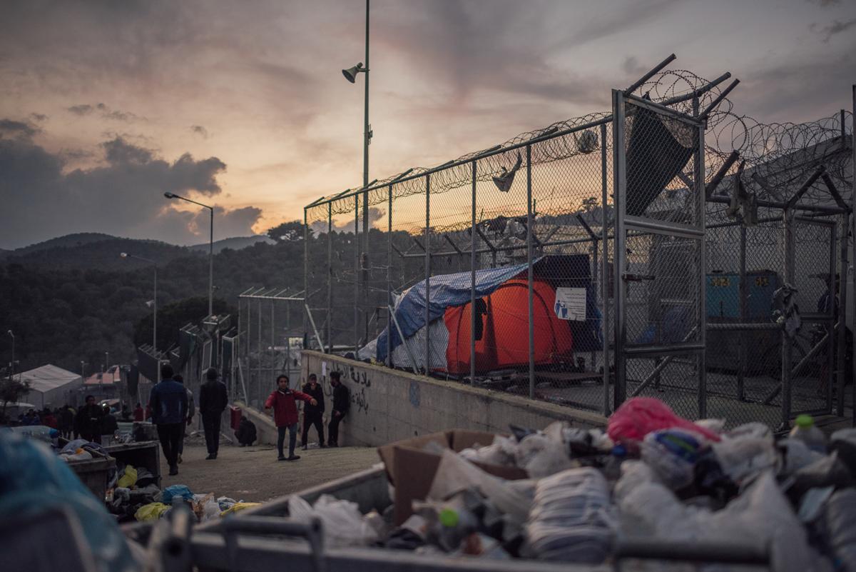 Μια πρώην στρατιωτική βάση, ο χώρος του στρατοπέδου Moria μπορεί εύκολα να θεωρηθεί ως φυλακή.  Τεντώνοντας κατά μήκος ενός λόφου και με πολλά περιφραγμένα τμήματα, είναι σύγχυση να βρείτε το δρόμο σας γύρω.  [Kevin McElvaney / Al Jazeera]
