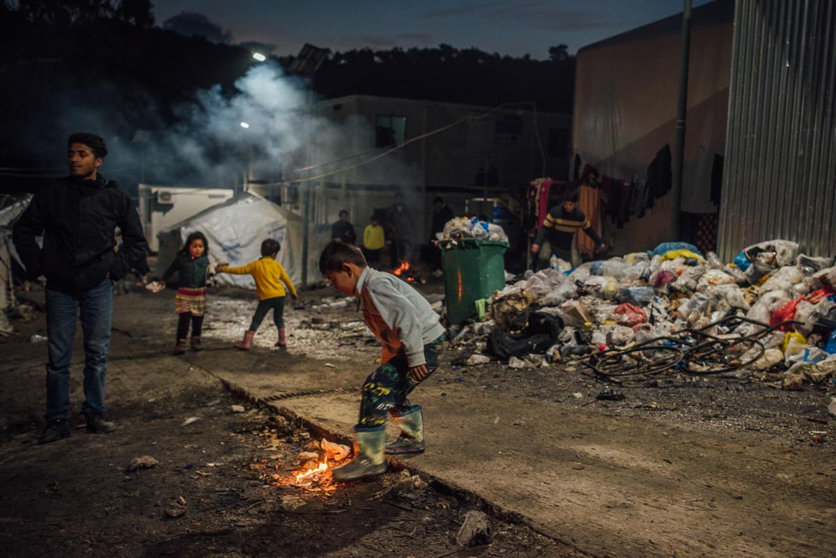 Περίπου 350 ασυνόδευτοι ανήλικοι και εκατοντάδες παιδιά, γυναίκες, ηλικιωμένοι και άτομα με ειδικές ανάγκες ζουν εδώ.  Οι λεγόμενοι ευάλωτοι εξακολουθούν να αντιμετωπίζουν καθυστερήσεις έως και τρεις μήνες λόγω της μετεγκατάστασης στην ηπειρωτική χώρα, η οποία θα πρέπει να πραγματοποιηθεί νωρίτερα.  [Kevin McElvaney / Al Jazeera]