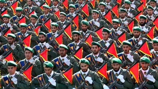 As tropas da Guarda Revolucionária do Irã marcham em um desfile militar que marca o 36º aniversário da invasão do Iraque pelo Irã em 1980, em frente ao santuário do falecido fundador revolucionário Ayatollah Khomeini, apenas