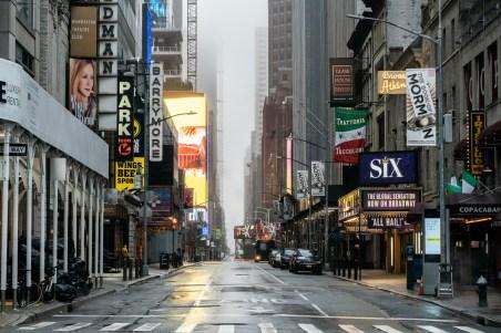 O distrito dos teatros da Broadway esvaziou. Até agora, 930 membros do Departamento de Polícia de Nova York testaram positivo para a doença. [Jeenah Moon / Reuters]