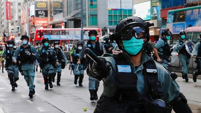 Riot police disperse anti-government protesters during a protest at Mong Kok in Hong Kong, China May 10, 2020. REUTERS/Tyrone Siu