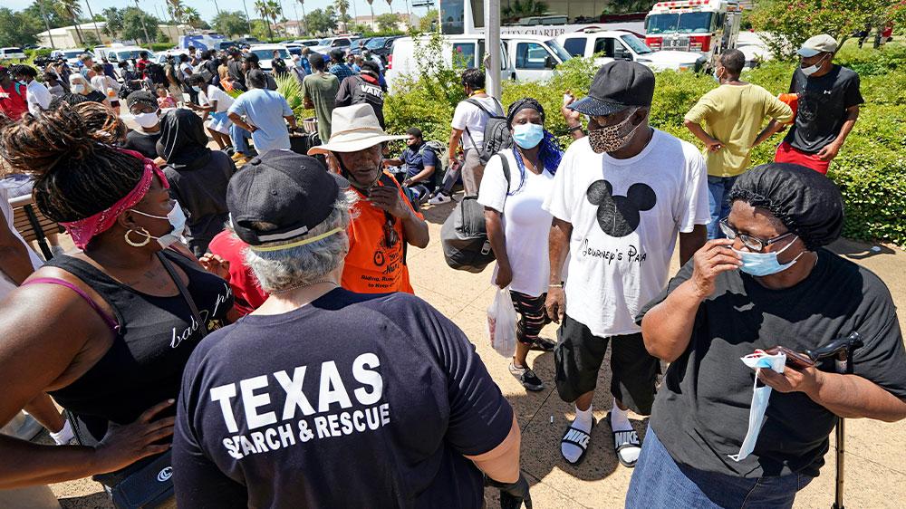 ٹیکساس نے سمندری طوفان لورا کے انخلا کرنے والوں کے لئے ماسک اتارے