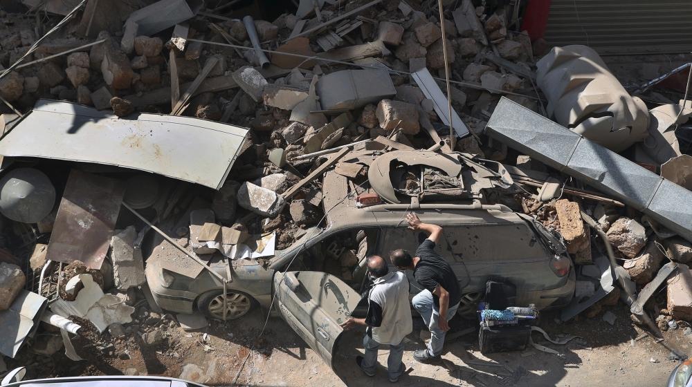 بدھ ، 5 اگست ، 2020 کو بیروت ، لبنان کے ساحل کے بندرگاہ میں منگل کے بڑے پیمانے پر دھماکے میں تباہ شدہ افراد نے اپنی کار کا معائنہ کیا۔ دھماکے سے ایک بندرگاہ کا بیشتر حصtenہ دار اور عمارتوں کے ایکروز کو نقصان پہنچا