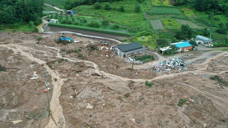 ایپی ० 0891 9120 G20 08 ، جنوبی کوریا کے جنوب مغربی کاؤنٹی ، گوکسیونگ ، جنوبی کوریا میں ، 08 اگست 2020 کو ، ایک گاؤں کا ایک عام فضائی منظر ، جو گذشتہ روز مٹی کے تودے گرنے سے تباہ ہوا تھا۔